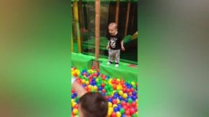 صحنه های خنده دار از بازی کردن کودکان با توپ