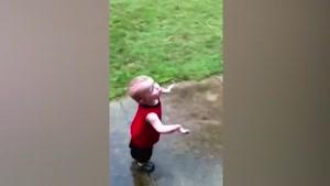 واکنش جالب و دیدنی کودکان به بارش باران