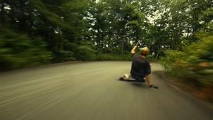 اسکیت برد سواری در جاده سبز جنگلی