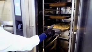 فر کامبی بروج همکار سرآشپز در آشپزخانه مدرسه ایران فرانسه